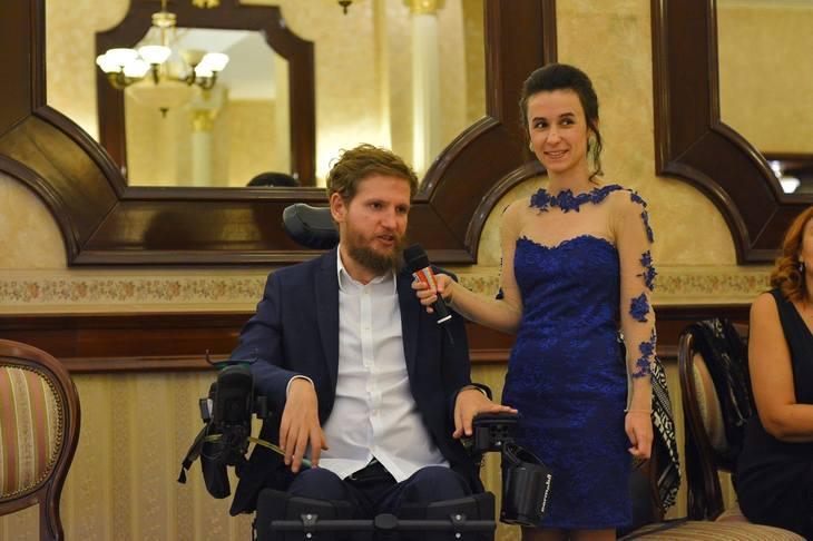 Cine este femeia din spatele lui Mihai Neșu. Ea are grijă de el și se vede că îi pasă