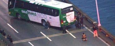 Un individ înarmat a luat mai multe persoane ostatice într-un autobuz