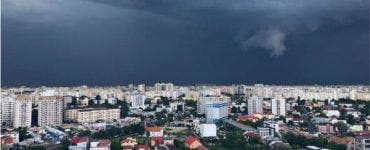 Furtuna a făcut ravagii în București. Zeci de copaci au căzut