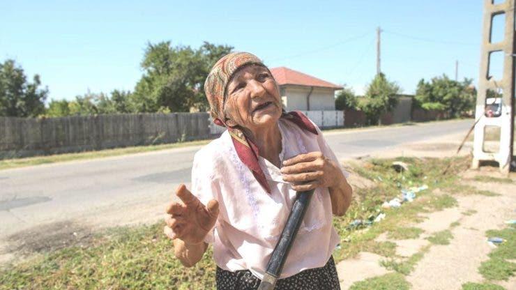 Pentru 5 lei, o femeie de 83 de ani muncește cu ziua prin sat
