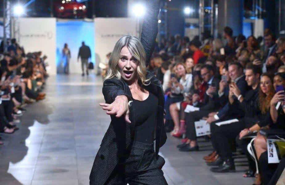 Nadia Comăneci, apariție de senzație pe catwalk! Gimnasta a purtat o creație super sexy în timpul Săptămânei Modei din New York