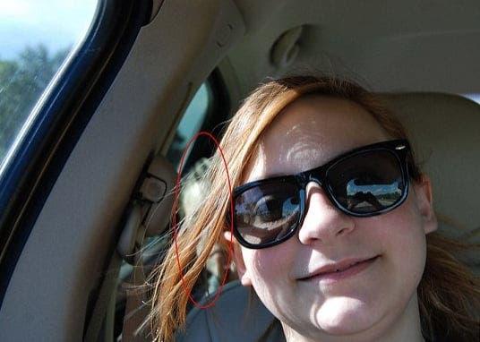 Tânăra din imagine și-a făcut un selfie