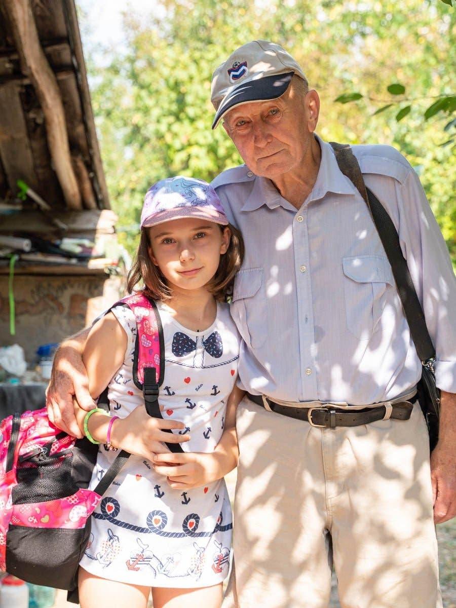 Povestea bunicului care îşi creşte singur nepoata <