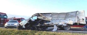 Accident groaznic în Galați. Un microbuz a fost spulberat de TIR pe DN 25