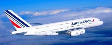 Un avion a întors de urgență deasupra Oceanului Atlantic. Un telefon nerevendicat a fost găsit la bordul avionului