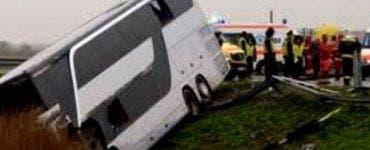 Autocar răsturnat în Galați. 46 de persoane au fost implicate