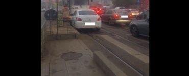 Tupeul incredibil al unei șoferițe din București. I-a cerut vatmanului să mute tramvaiul din fața ei
