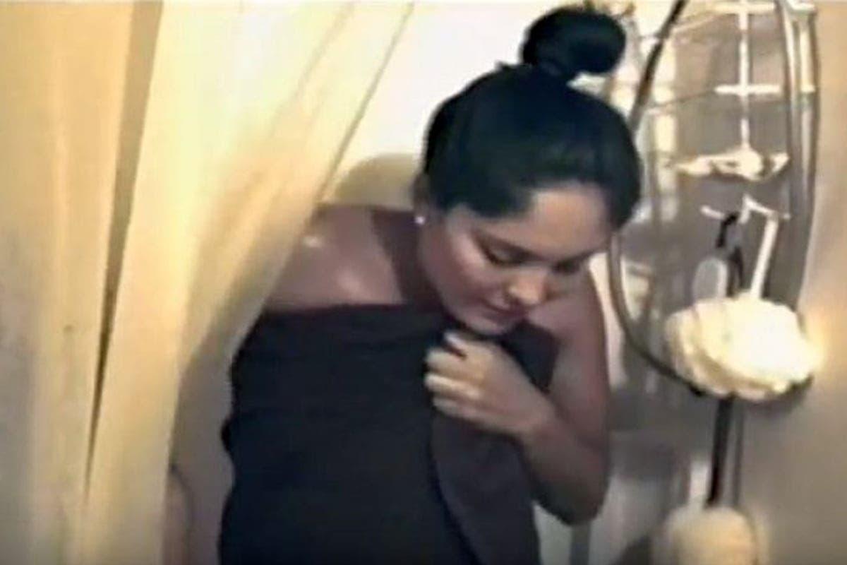 A vrut să facă o glumă și a intrat la duș peste soția lui cu o cameră de filmat. A ieșit de acolo transpirat de frică! Uite ce a descoperit acest bărbat