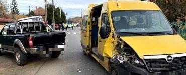 Accident grav în Arad! Un microbuz școlar a fost lovit de un autoturism. 12 copii se aflau în mașină