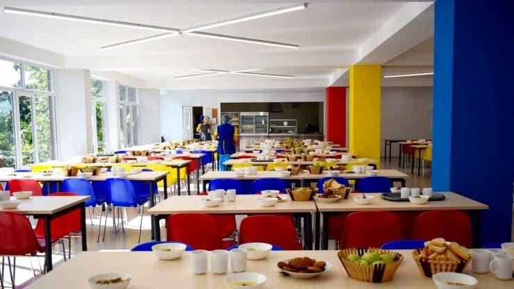 Angajate ale unui liceu, cercetate penal după ce le-a furat din mâncare elevilor