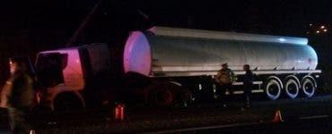 O cisternă cu zeci de litri de combustibil a lovit un stâlp de electricitate