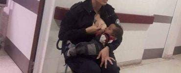 O polițistă a hrănit la piept un copil murdar și malnutrit