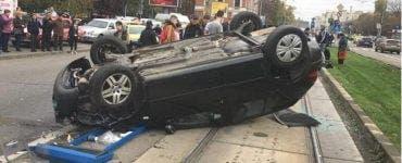 Trei persoane lovite în plin de o mașină într-o stație de tramvai din Craiova