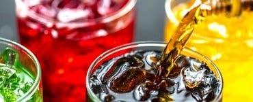 Băutura care poate fi fatală. Ce riscuri există dacă bei sucuri acidulate