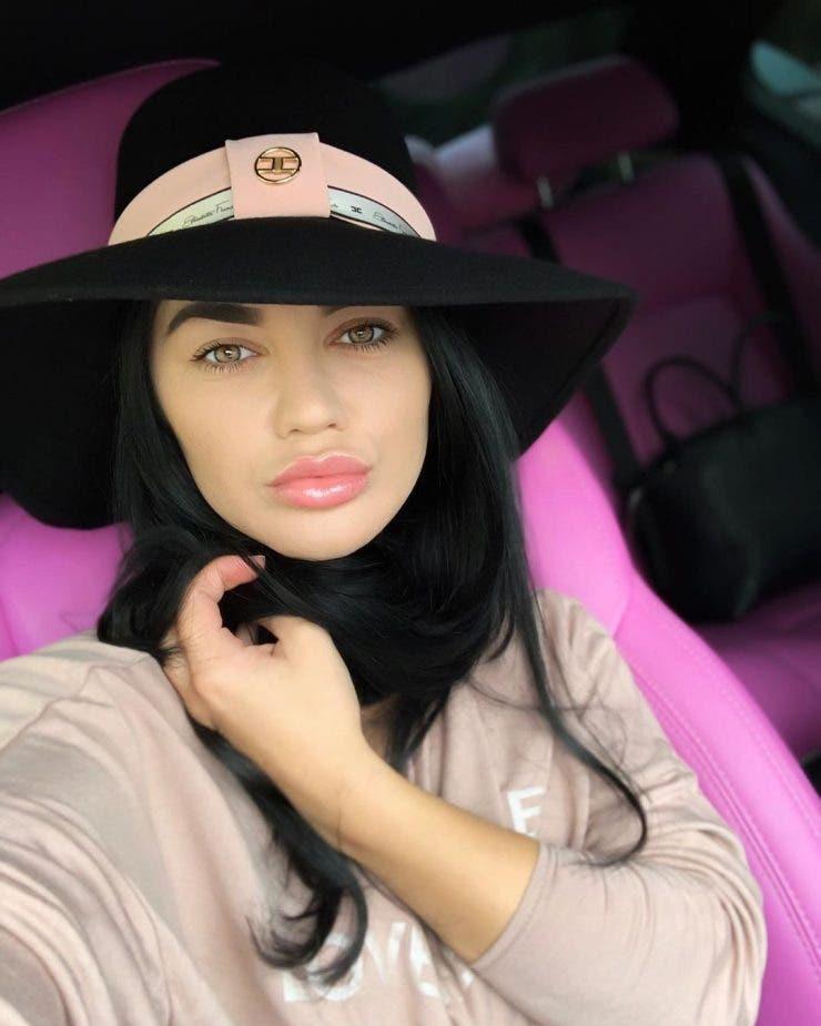 Ea e cântăreața din România care sparge toate topurile. O recunoști?