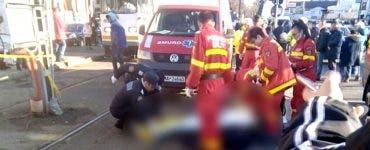 Un bărbat din Capitală a fost transportat la spital după ce a fost scos de sub garnitura unui tramvai
