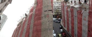O schelă din București s-a desprins din cauza vântului. Mai multe mașini au fost avariate