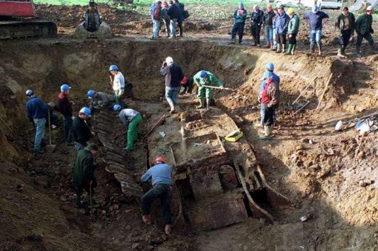 tanc îngropat în pădure