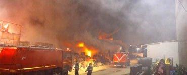 Incendiu pe Șoseaua Fundeni. Un depozit a luat foc, iar locuitorii au fost avertizați prin Ro-Alert