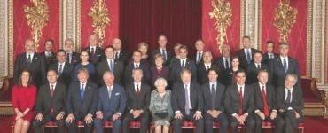 Poza de grup de la recepția oferită de Regina Elisabeta a II-a. Cum a apărut Prima Doamnă a României