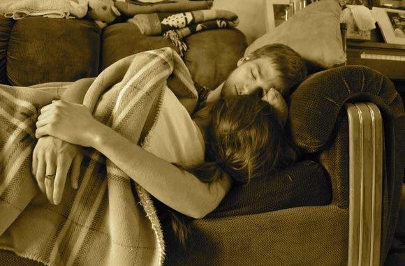 Și-a găsit fiica adolescentă în pat cu un băiat, dar ce le-a făcut apoi e de necrezut