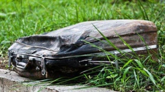 A găsit un geamantan vechi într-un parc. Când l-a deschis a început să plângă