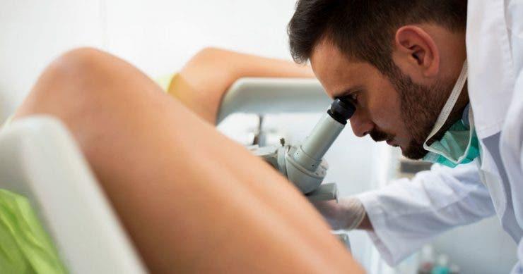 """Femeia s-a dus la ginecolog, dar ce a găsit în și pe ea în zona intimă a făcut tot internetul să se închine cu ambele mâini: ,,Nu vreau să mai dau ochii cu doctorul ăsta în viața mea!"""" Și-a dat seama acasă și a intrat în pământ de rușine"""