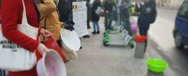 """Protest cu ligheane în faţa Primăriei Capitalei: """"Nu avem apă și căldură"""""""