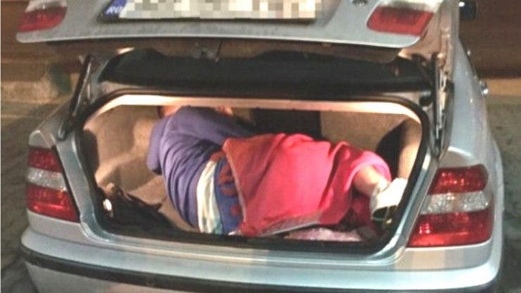 Caz șocant la Frontiera Nâdlac. Un copil a fost ascuns de mamă în portbagajul unei mașini.