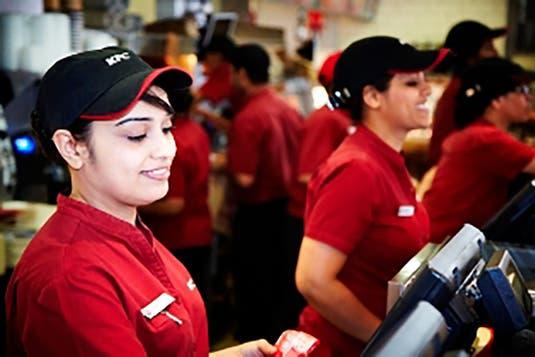 Cât câștigă, DE FAPT, un angajat KFC. E mai mult decât credeai
