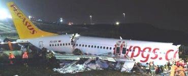 Șocant! Un avion s-a rupt în trei bucăți pe pista din Istanbul. Sunt 3 morți și 179 de răniți