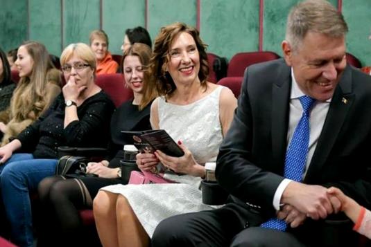 FOTO Într-o rochie scurtă și accesorii roz, Carmen Iohannis a atras toate privirile! Unde a mers împreună cu soțul ei de Ziua Îndrăgostiților