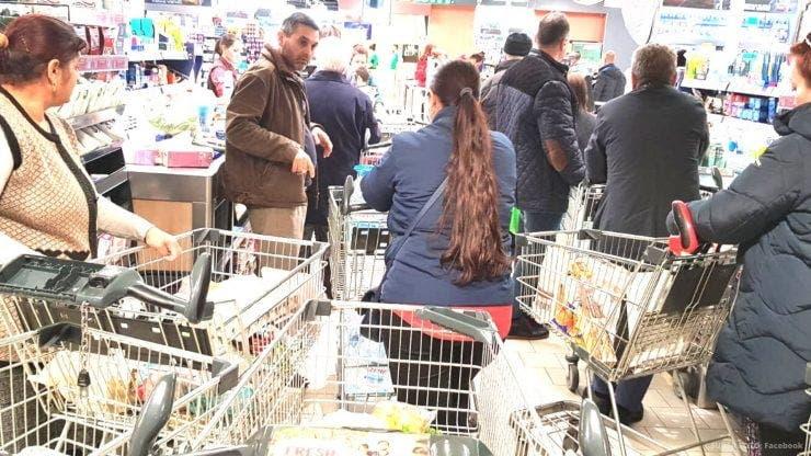 Românii și-au făcut provizii din cauza coronavirusului. Cozi imense în supermarketurile din Capitală
