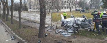 Doi tineri din Galați au murit după ce au intrat cu maşina în gardul unităţii militare din Bârlad