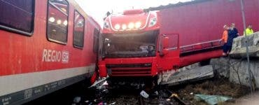 Accident feroviar. Un tren a lovit din plin un TIR