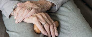 Unde poți suna dacă ai peste 65 de ani și ai nevoie de alimente sau alt tip de ajutor. Numere utile