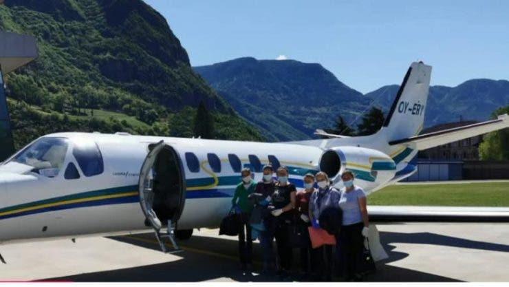 Opt muncitoare românce duse la muncă cu avionul