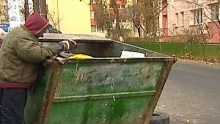 Ce a găsit o femeie într-o haină veche, aruncată la tomberonul cartierului