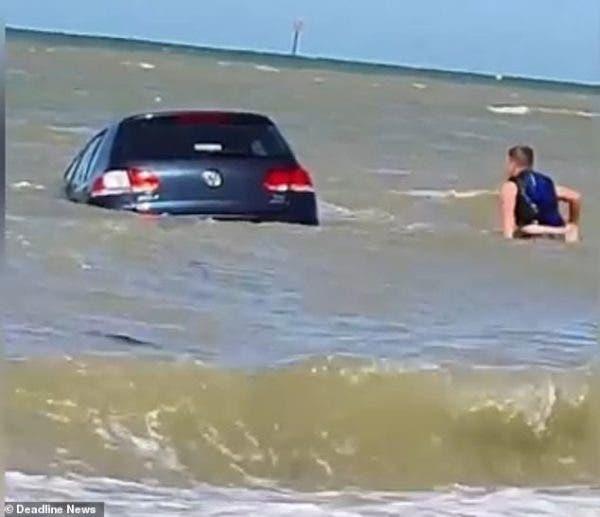Mașina în apa mării