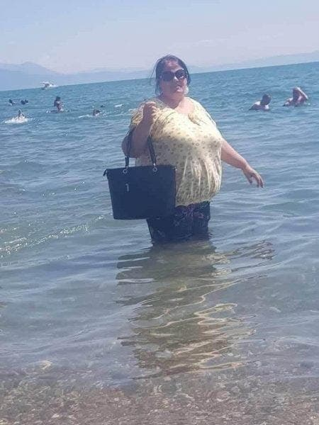 A intrat in mare imbracata