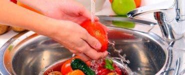 Cum se spală, de fapt, fructele și legumele.