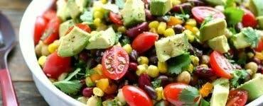 Salată cu fasole roșie și avocado