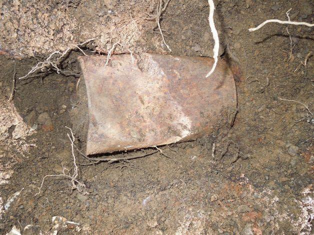 Au săpat în grădină după ce au văzut o formă ciudată ieșind în relief. După ce au dezgropat-o, au rămas muți de uimire. Ce fusese îngropat, în tot acest timp, chiar sub nasul lor?