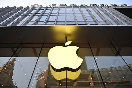 Apple înregistrează încasări record detronând pe gigantul petrolier Saudi Aramco. În toamnă se lansează noile iPhone-uri