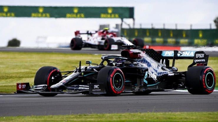 Hamilton nu s-a lăsat intimidat de o pană ca să ajungă până în ultimul tur la Silverstone. A câștigat pentru a șaptea oară Marele Premiu al Marii Britanii