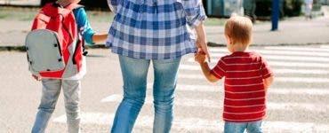 Părinții vor fi plătiți să stea acasă cu copiii dacă se închid școlile din cauza COVID-19