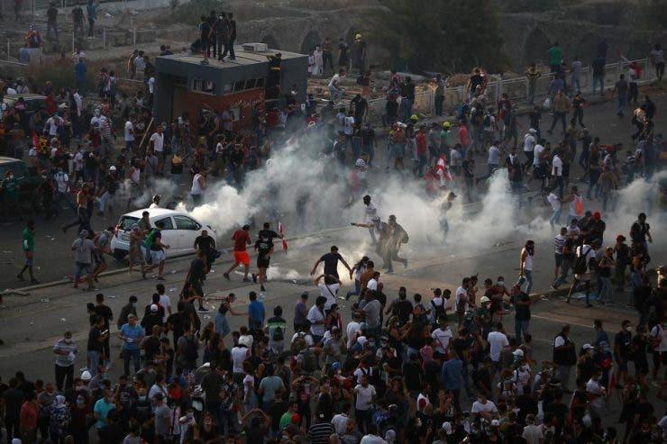 Pe străzile din Beirut răsună protestele oamenilor revoltați. Se cer demisiile tuturor oficialilor