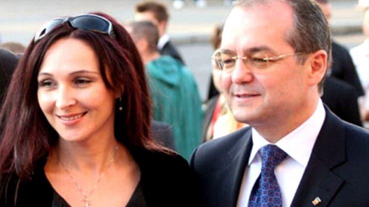 Cum s-a prezentat soția lui Boc în ziua alegerilor_