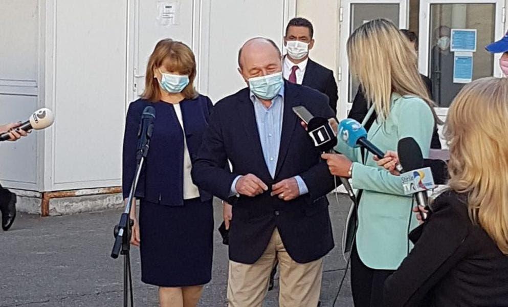 Maria Băsescu a atras toate privirile. În ce ținută s-a prezentat la vot fosta primă-doamnă a României? Mereu elegantă...