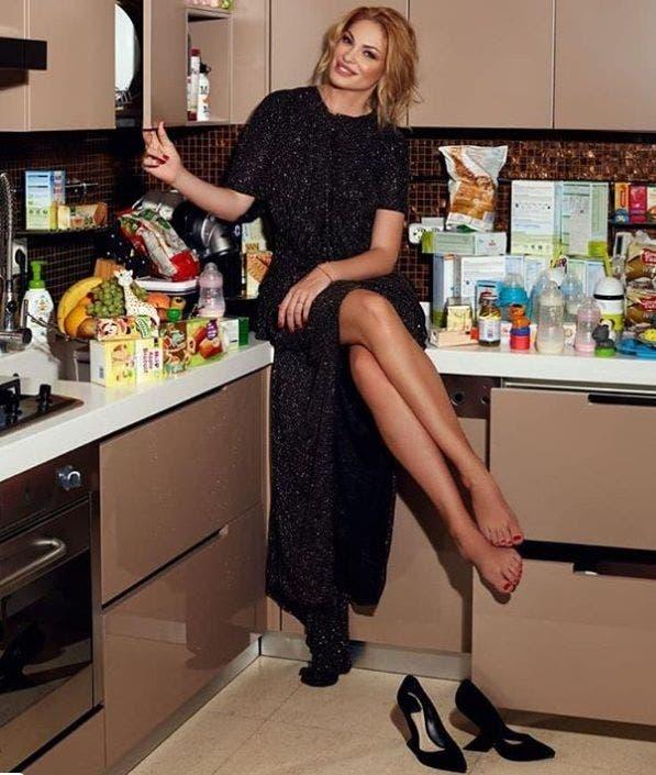 Valentina Pelinel în bucătărie
